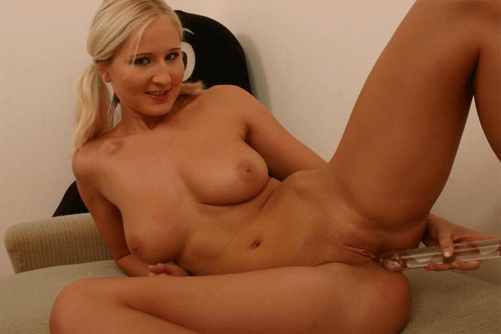 Sexy Blondine fickt sich mit dem gläsernen Dildo die enge Muschi