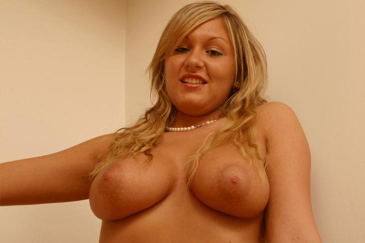 Sexy Blondine mit dicke Titten sucht diskreten Sex