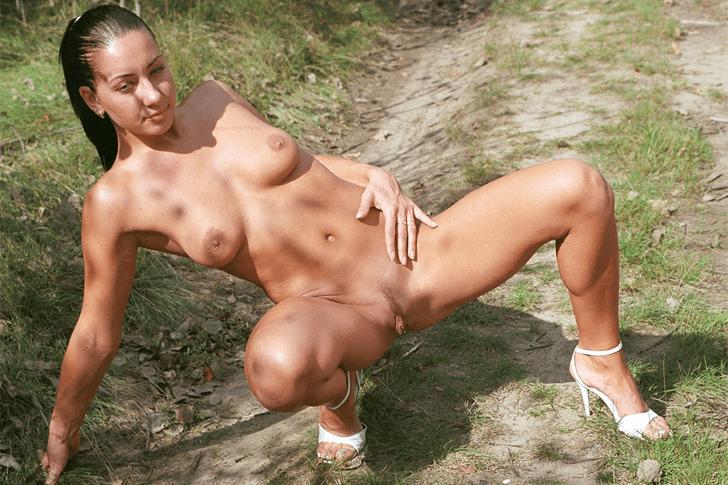 Sexy Teengirl mit geile Titten und rasierter Pussy sucht Outdoor Sex Kontakte